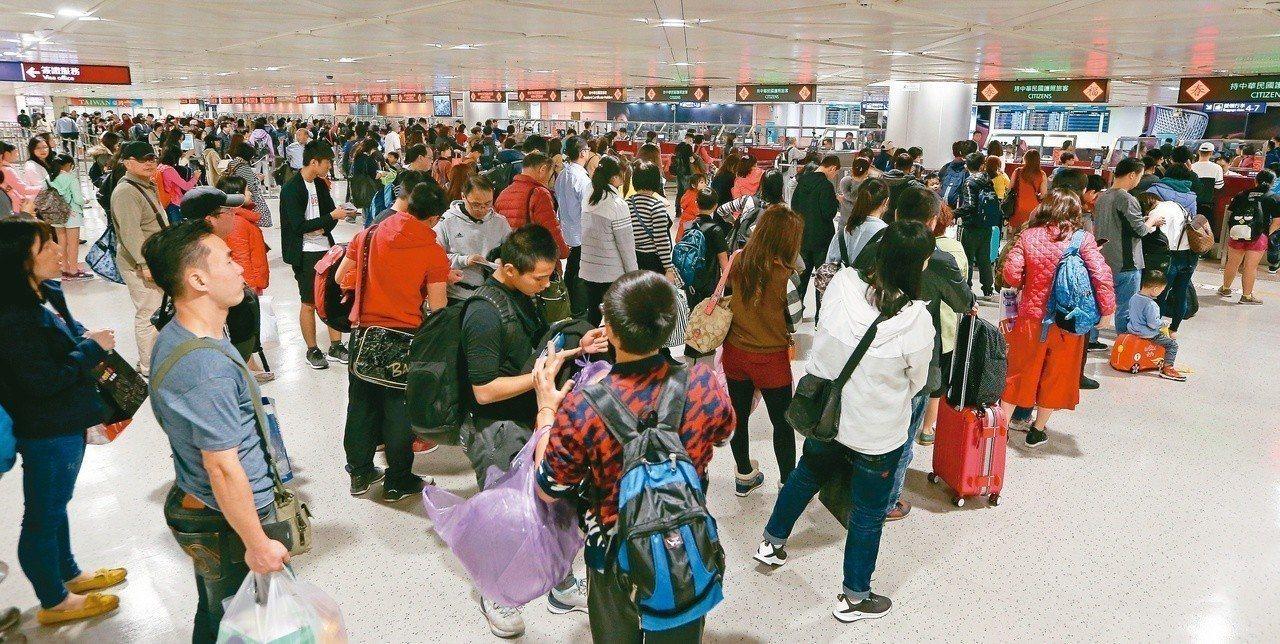 農曆春節旅遊旺季即將到來,圖為桃園國際機場旅客。圖/聯合報系資料照片