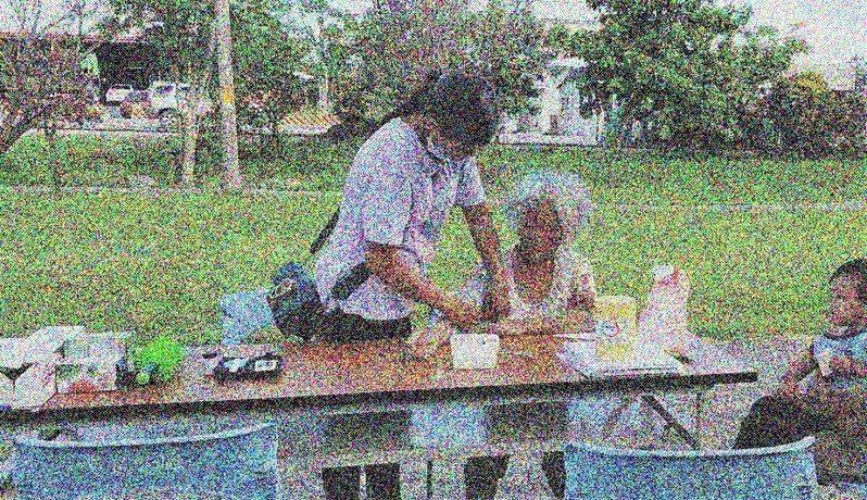 書屋為家長上過簡單版的照顧服務教學課程後,再帶著他們走進社區為獨居老人實作。圖/孩子的書屋提供