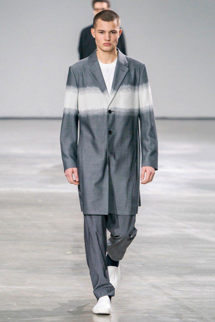 「光」的部分由撚紗和風棉綢(kumigasuri)的手法,呈現蠶絲羊毛的奢華光澤...