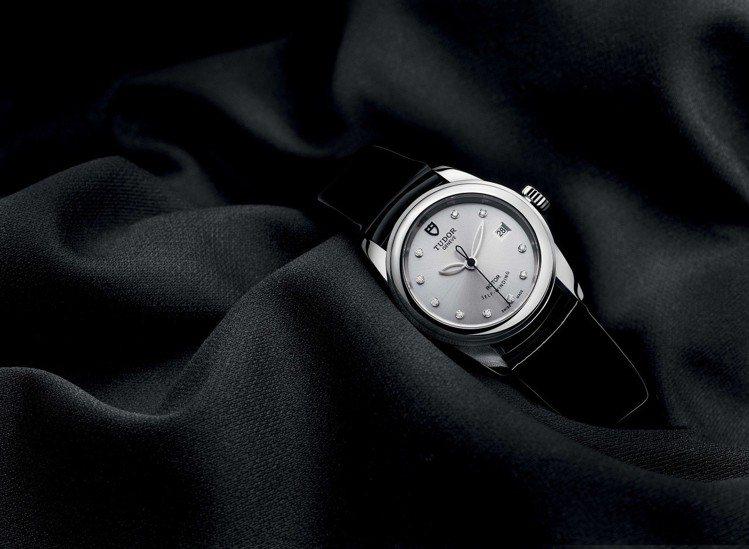 帝舵GLAMOUR系列26毫米銀色鑲鑽表搭配黑色漆皮表帶,價格店洽。圖/帝舵表提...