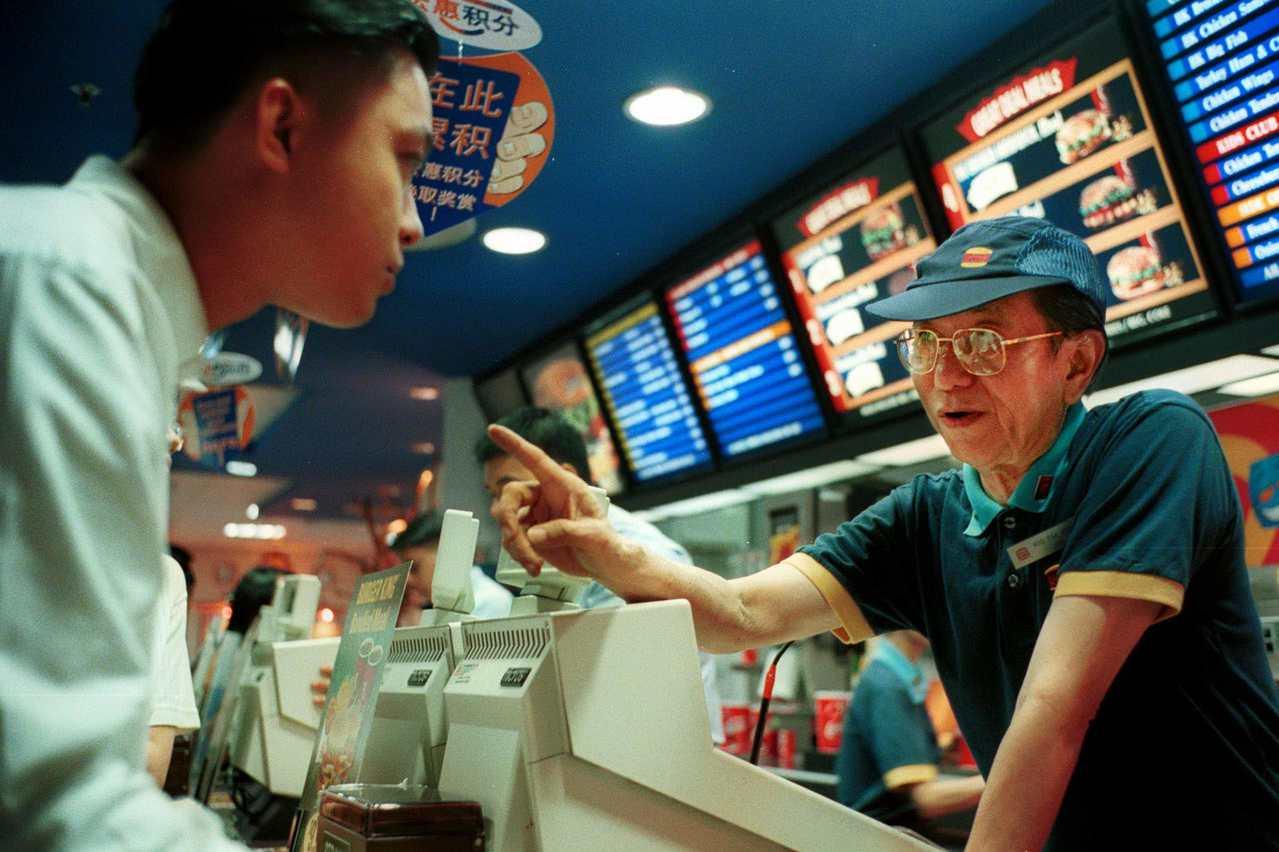 新加坡政府資助企業為年長員工設計更合適的工作方式。 美聯社