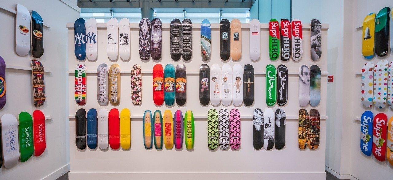 只能抢了!Supreme滑板拍卖LV、KAWS超大咖绝版联名