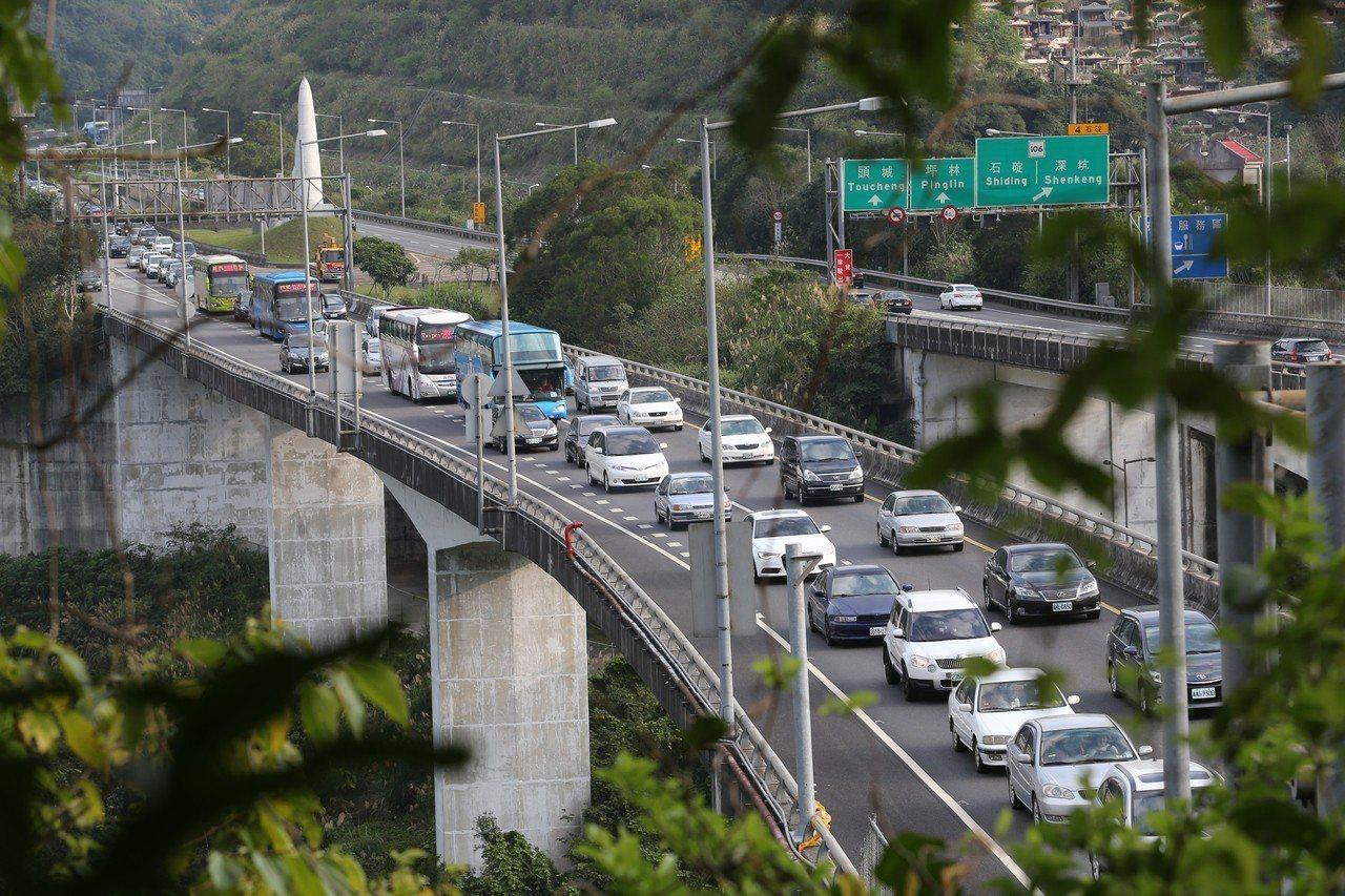 春節即將到來,交通部高速公路局指出,春節期間國道行車時間最高比平常增加5到7倍,...