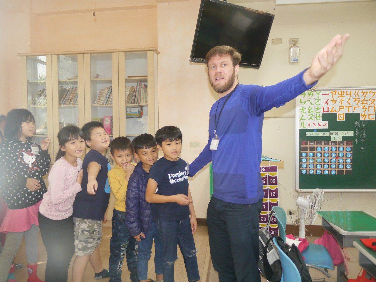 外籍教師上課場景之二。記者徐白櫻/攝影