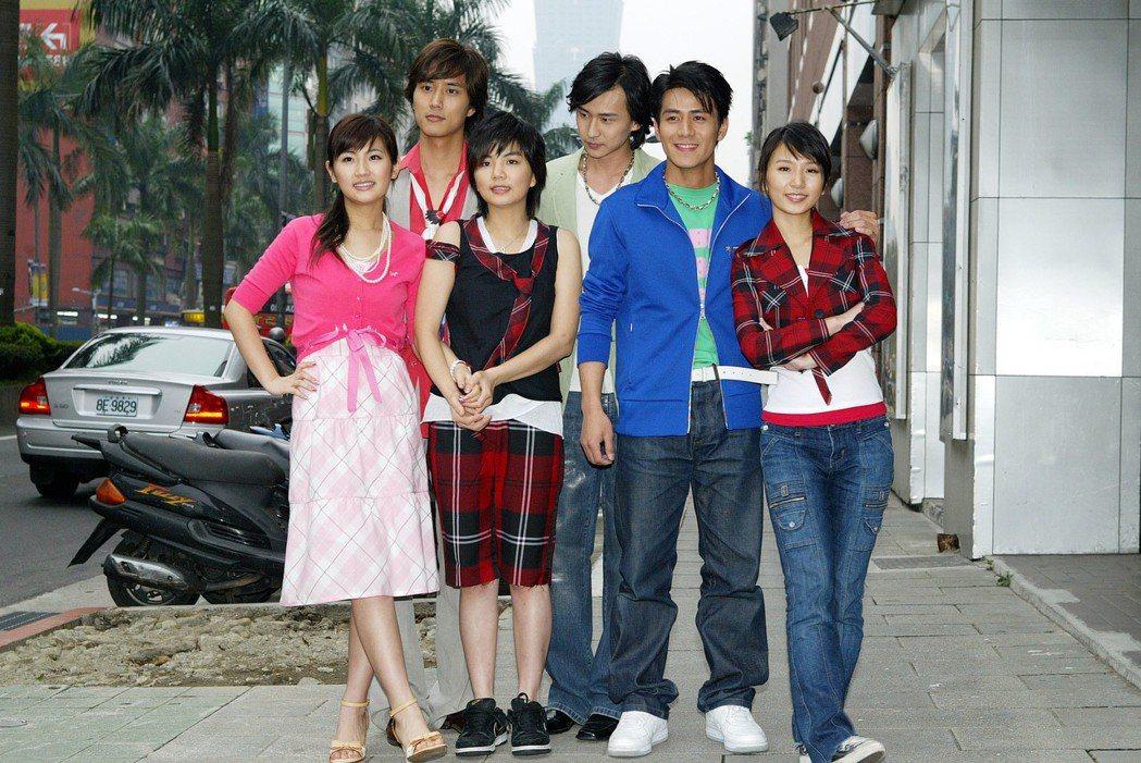 2005年的S.H.E偶像劇定裝,新人男主角陳至愷(後排左起)、狄志杰、郭彥均 ...