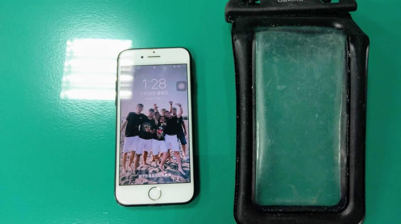 高雄市一名孫姓男子,去年11月在墾丁從事水上活動時,手機不小心掉入海裡,沒想到裝...