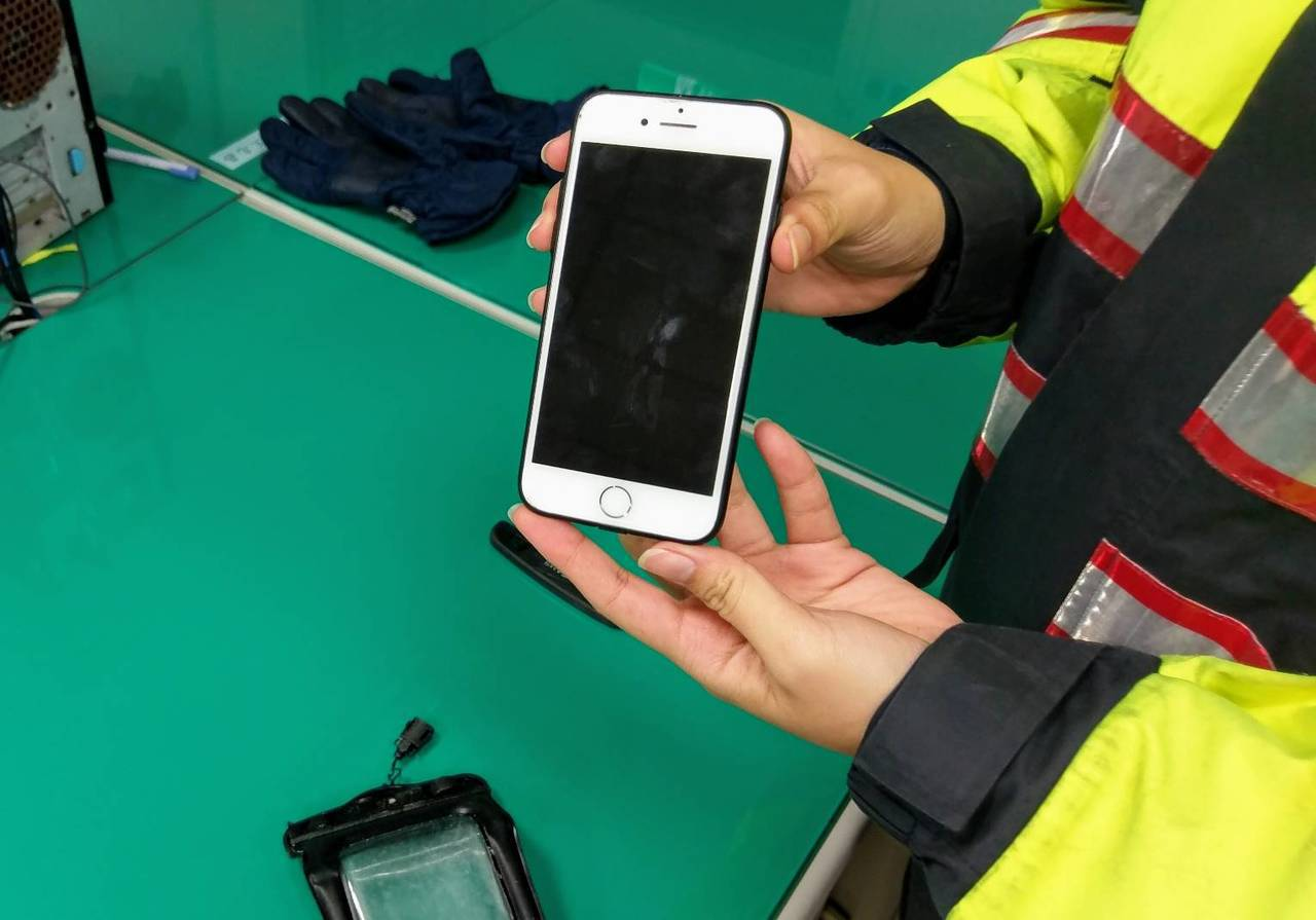 1月12日下午有民眾在桃園大園許厝港濕地岸邊撿到一隻iPhone7手機,將手機送...