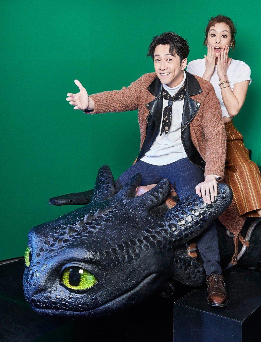 陳漢典與莎莎搶先試玩「馴龍高手3」綠幕體驗,感受騎龍飛天的滋味。圖/UIP提供