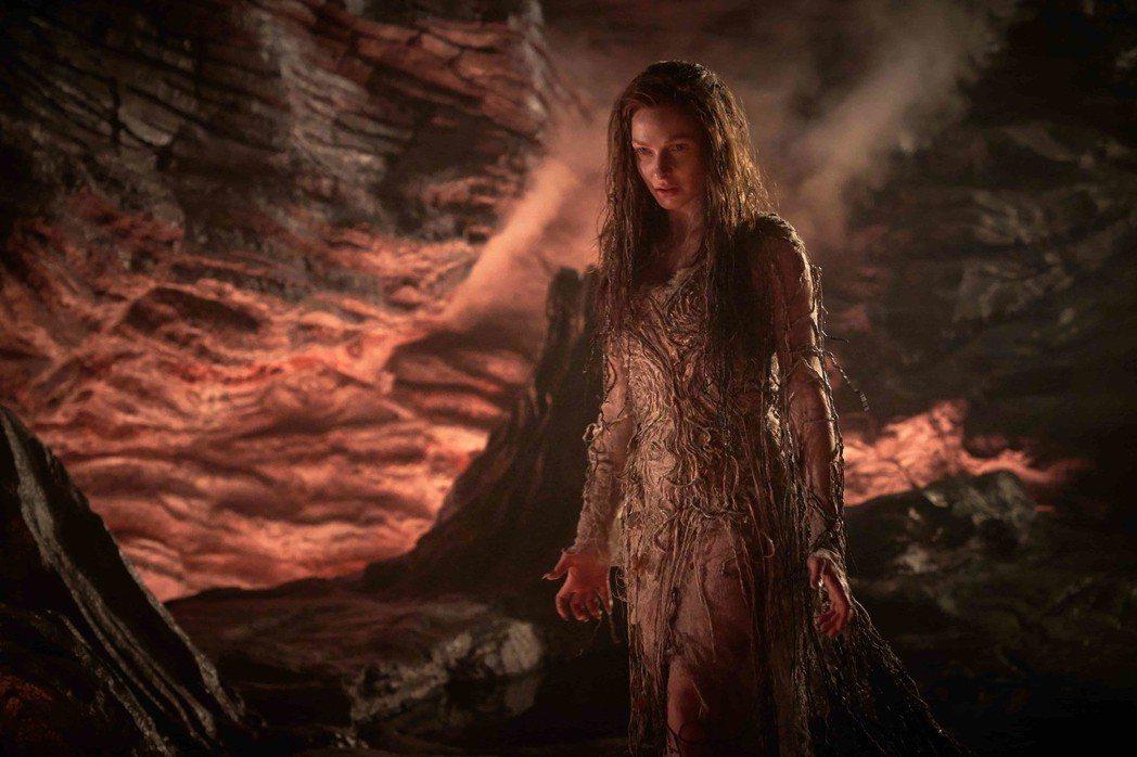 「不可能的任務」系列女星蕾貝卡弗格森在「魔劍少年」扮醜擔任大反派魔甘娜。圖/福斯...