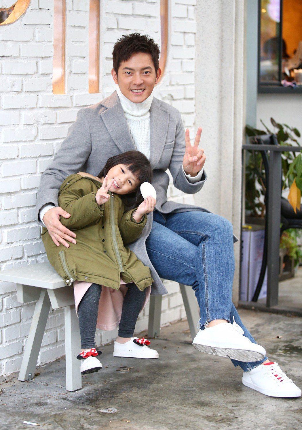 藝人宥勝專訪,可愛的女兒蕾蕾看到爸爸要拍照也喜歡湊過來一起拍。記者王騰毅/攝影