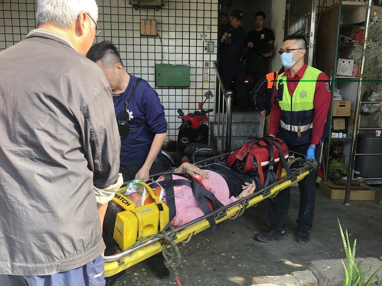 南投縣草屯鎮洪姓女子墜樓後,掉落在該大樓遮雨棚,救護人員到場後緊急搶救。圖/讀者...