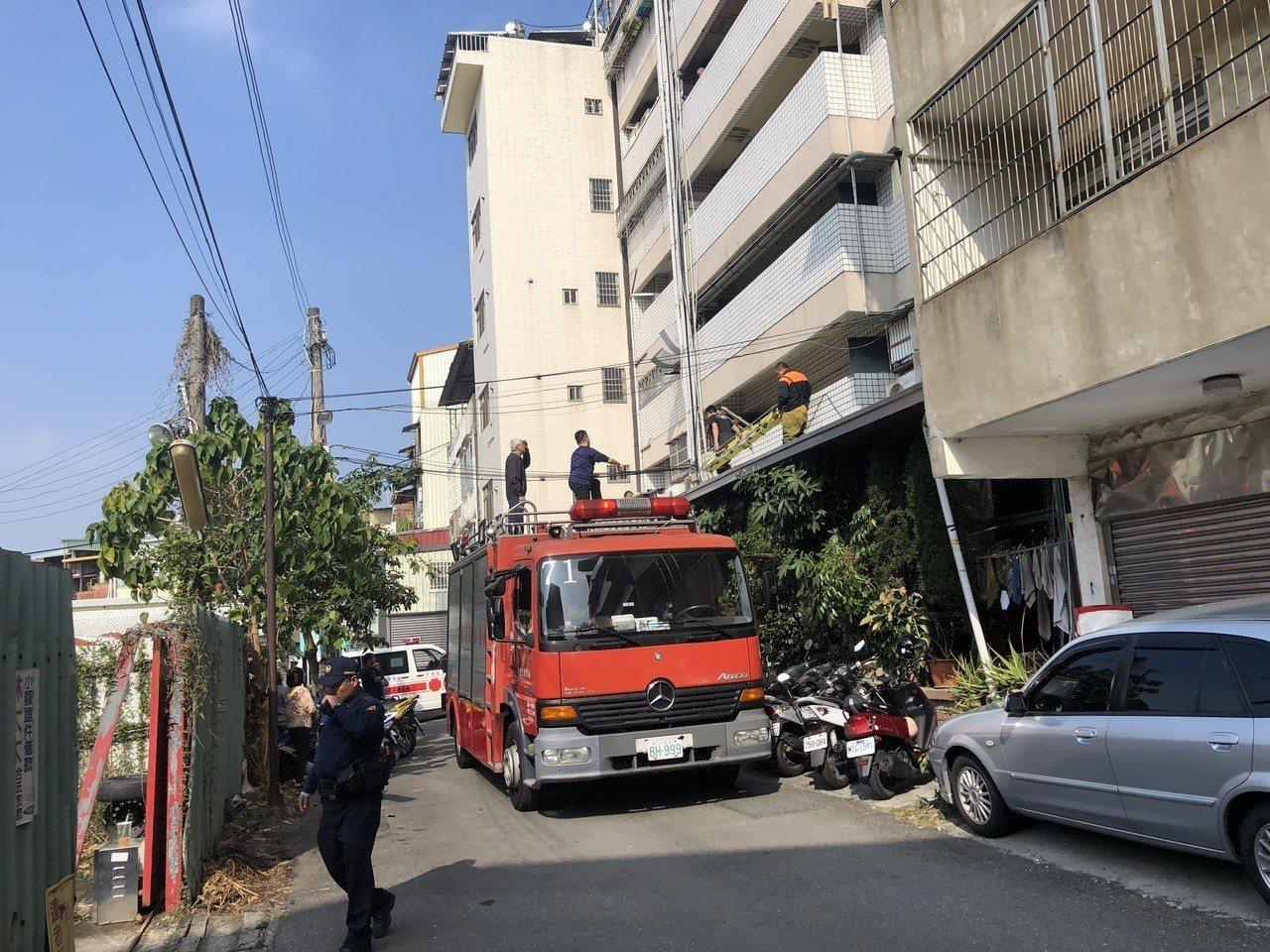 南投縣草屯鎮市區大樓今傳墜樓,當地消防隊緊急出動車救助。圖/讀者提供