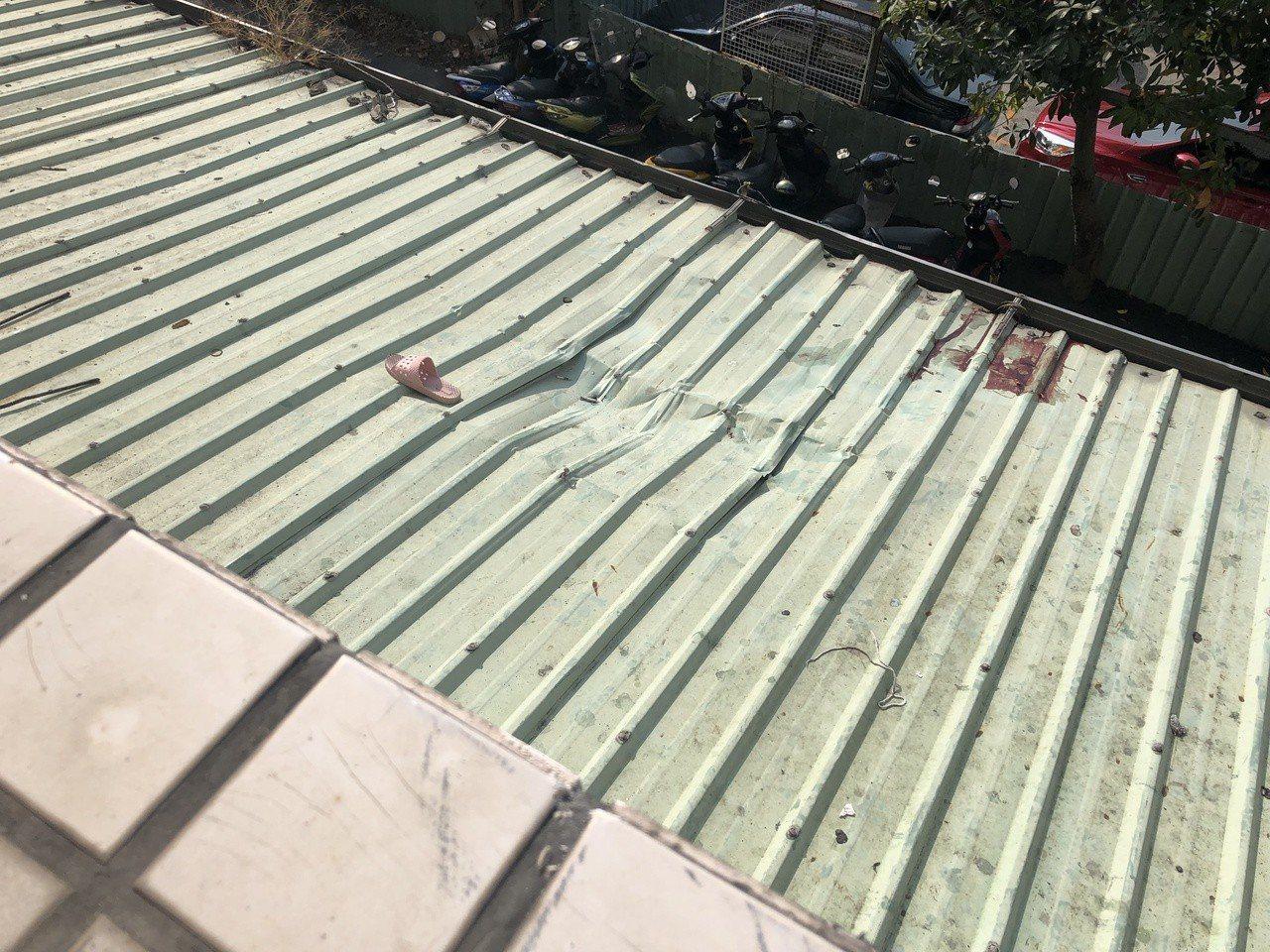 南投縣草屯鎮洪姓女子墜樓後,掉落在該大樓遮雨棚,棚上還留有她的鞋子。圖/讀者提供