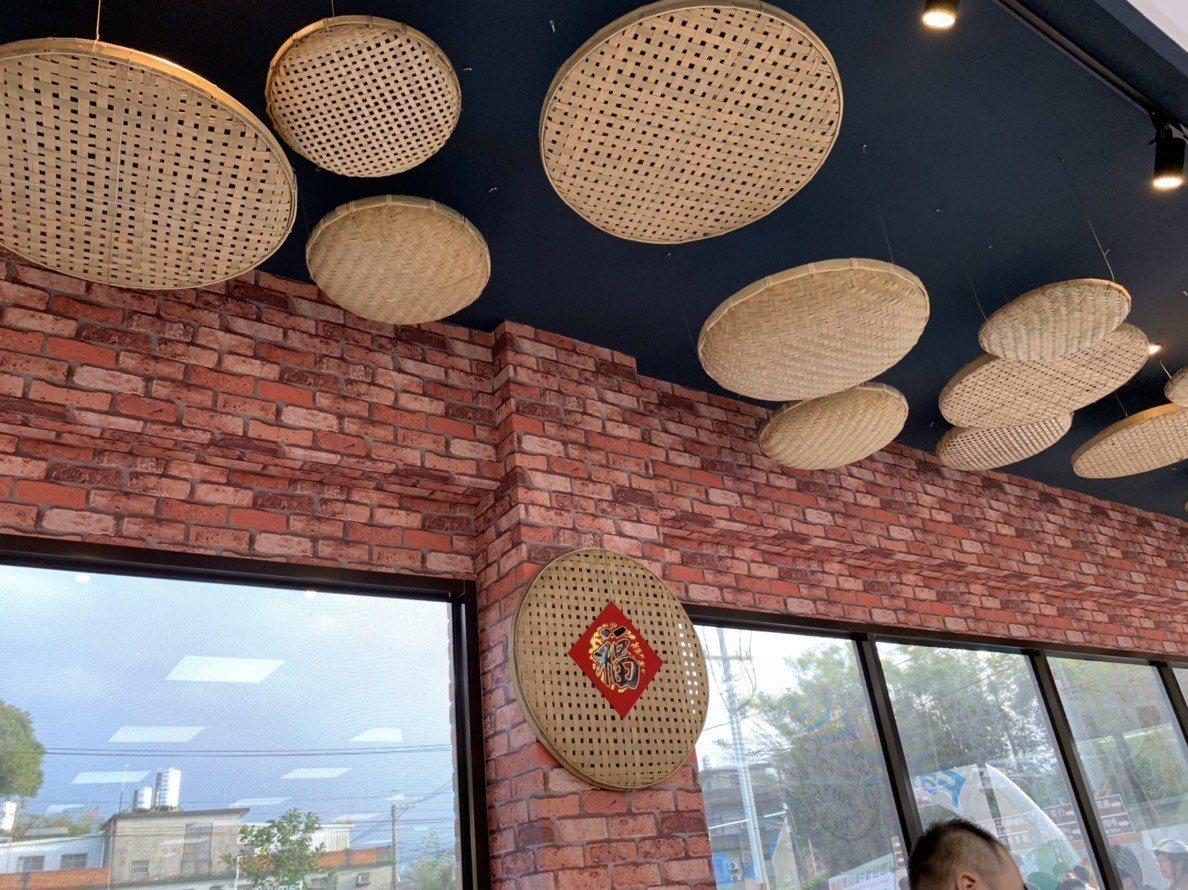 台三線店外型及裝潢都充滿在地的客家風情,有柑橘、竹篩、三合院、紅磚、木門等裝飾。...