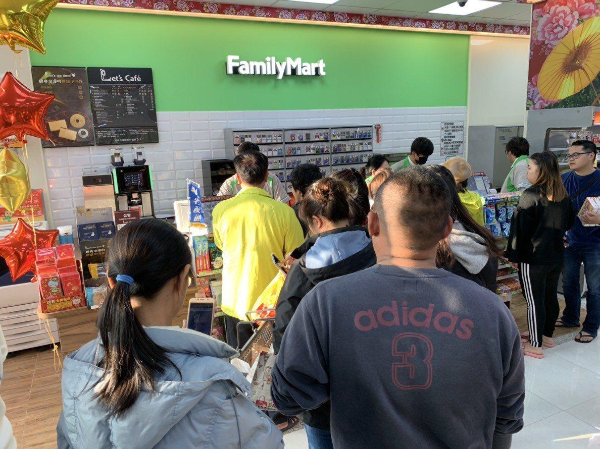 今天開幕的全家便利商店峨眉三線店吸引不少在地人士前往消費。記者陳斯穎/攝影