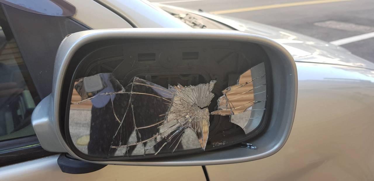謝姓律師的轎車遭人惡意破壞。圖/讀者提供