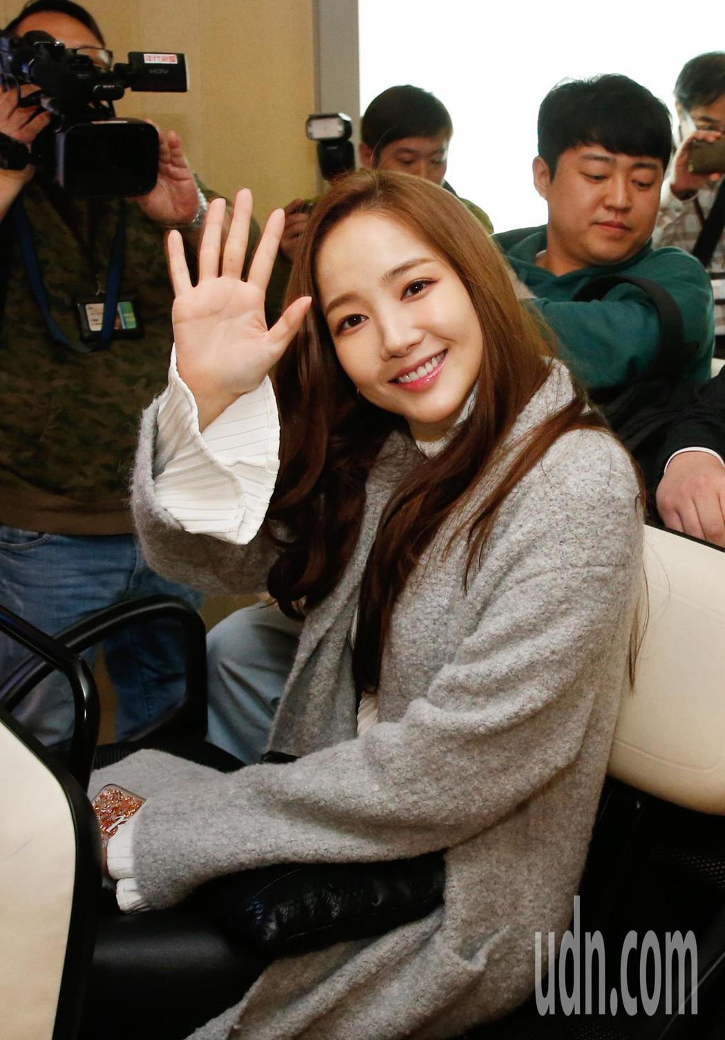 「金秘書」朴敏英傍晚抵台,她開心地向粉絲們揮手致意。記者鄭超文/攝影