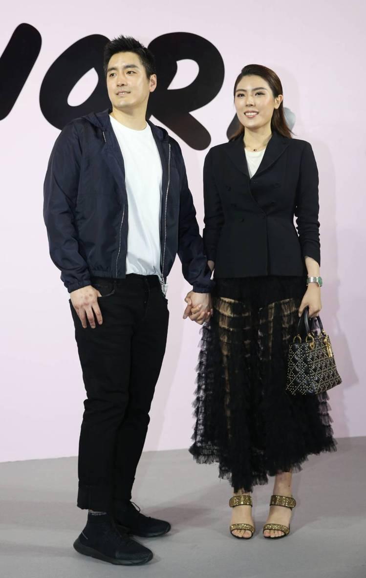 理科太太穿黑色Bar Jacket售價14萬5,000元、蛋糕紗裙34萬元、內襯...