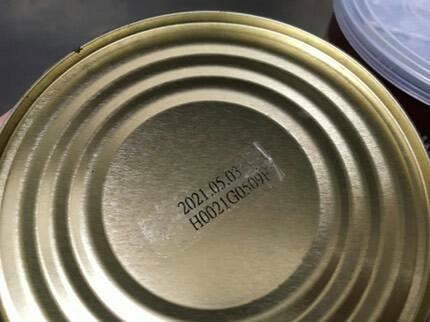 業者再罐底貼上偽造的保存期限貼紙,販售過期沙茶醬。記者江良誠/翻攝