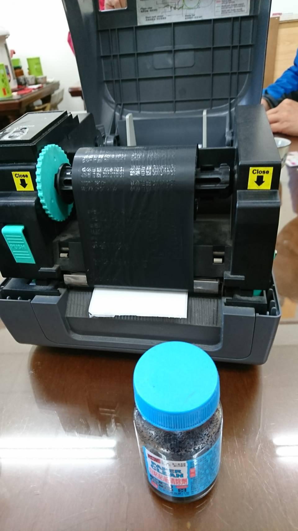 檢察官在食品行查扣松香水和印表機。記者江良誠/翻攝