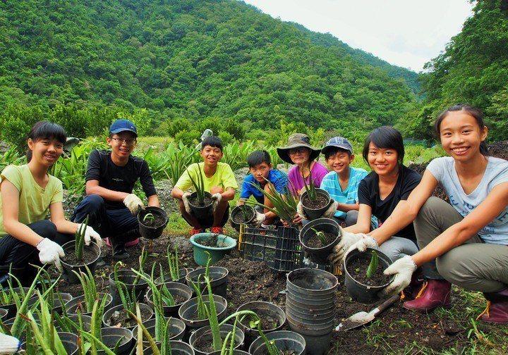 慈心華德福實驗學校安排小三、小四農耕課程,也會帶國中生到農場實習,親近大自然。圖...