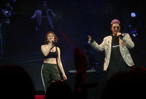鹿希派和斯亞今(18日)在三創Clapper Studio舉辦「FAMOUS PIE」演唱會,斯亞唱完後由鹿希派接下半場,他請來好友DJ、也找來好久不見的高以馨合作,兩人在台上又歌又舞,而大姊San...