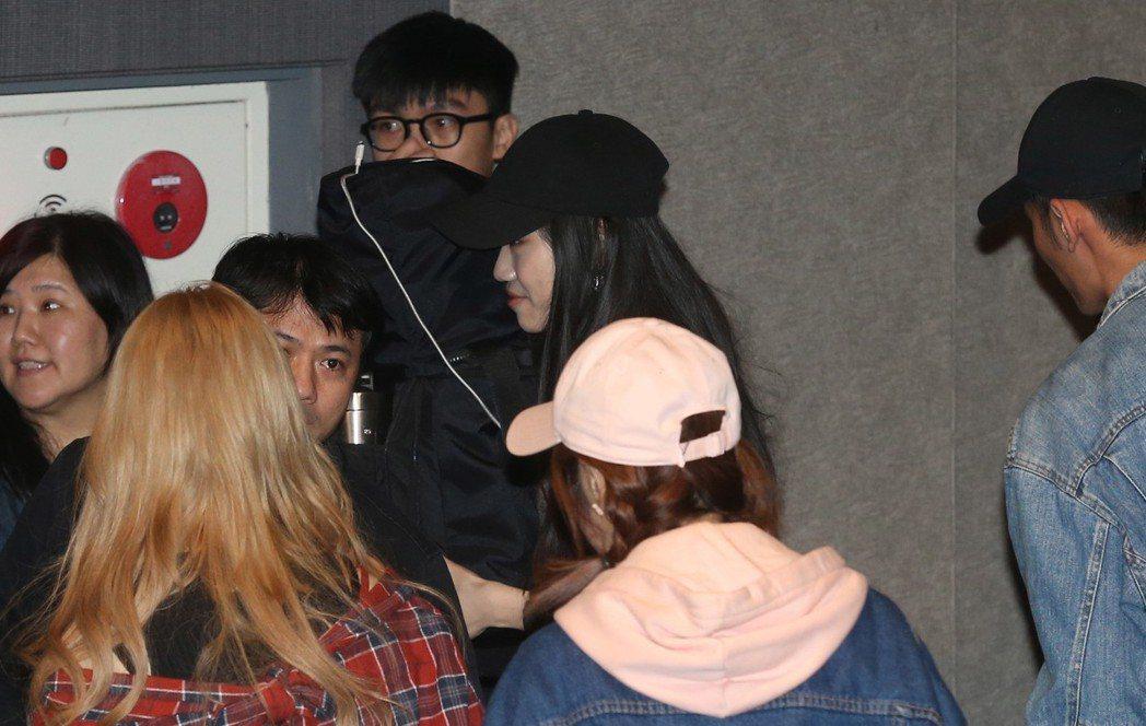 鹿希派女友(黑帽者)在友人掩護下離場。記者林俊良/攝影