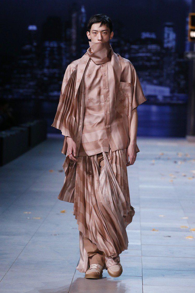 百褶裙裝是出人意表的單品,光澤玫瑰色與隱約的星條旗相當細緻。圖/LV提供