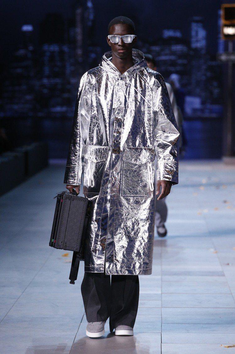 炫色的金屬銀罩衫延續春夏話題,繼續成為秋冬亮眼單品。圖/LV提供