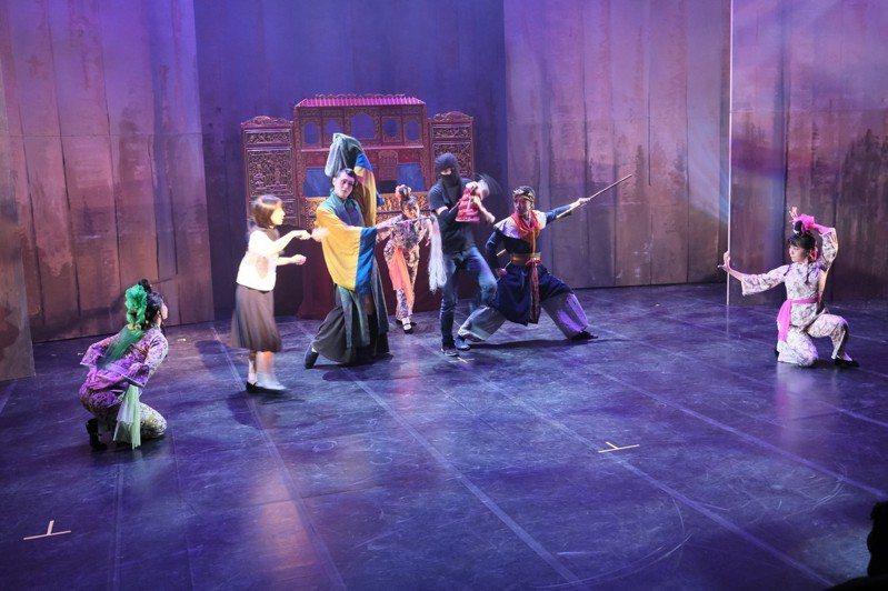 《府城仙怪誌》描述日治時期一名少女的奇幻冒險,被譽為「府城版神隱少女」。圖/雞屎藤舞蹈劇場提供