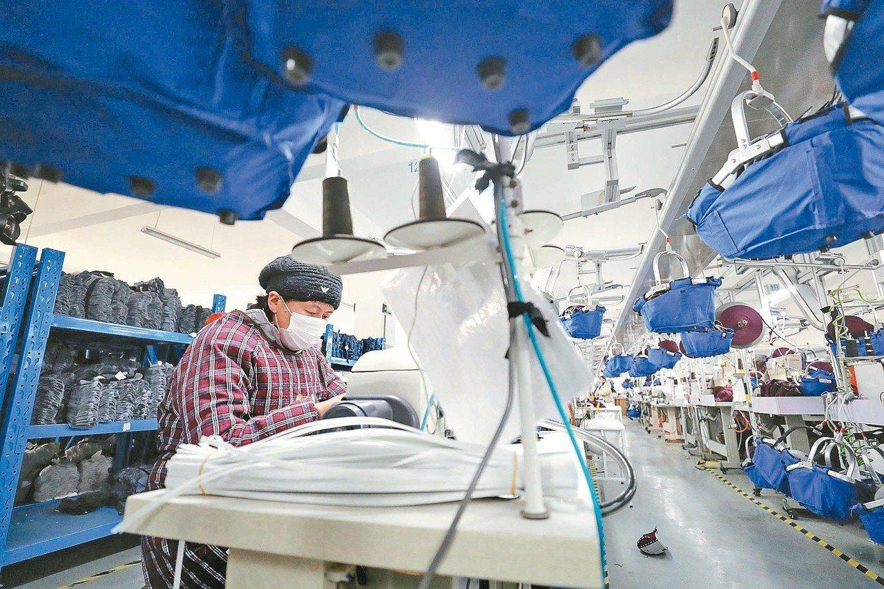去年中國大陸經濟成長速度創近卅年最慢紀錄,圖為一位在紡織廠內工作的中國工人。 (...