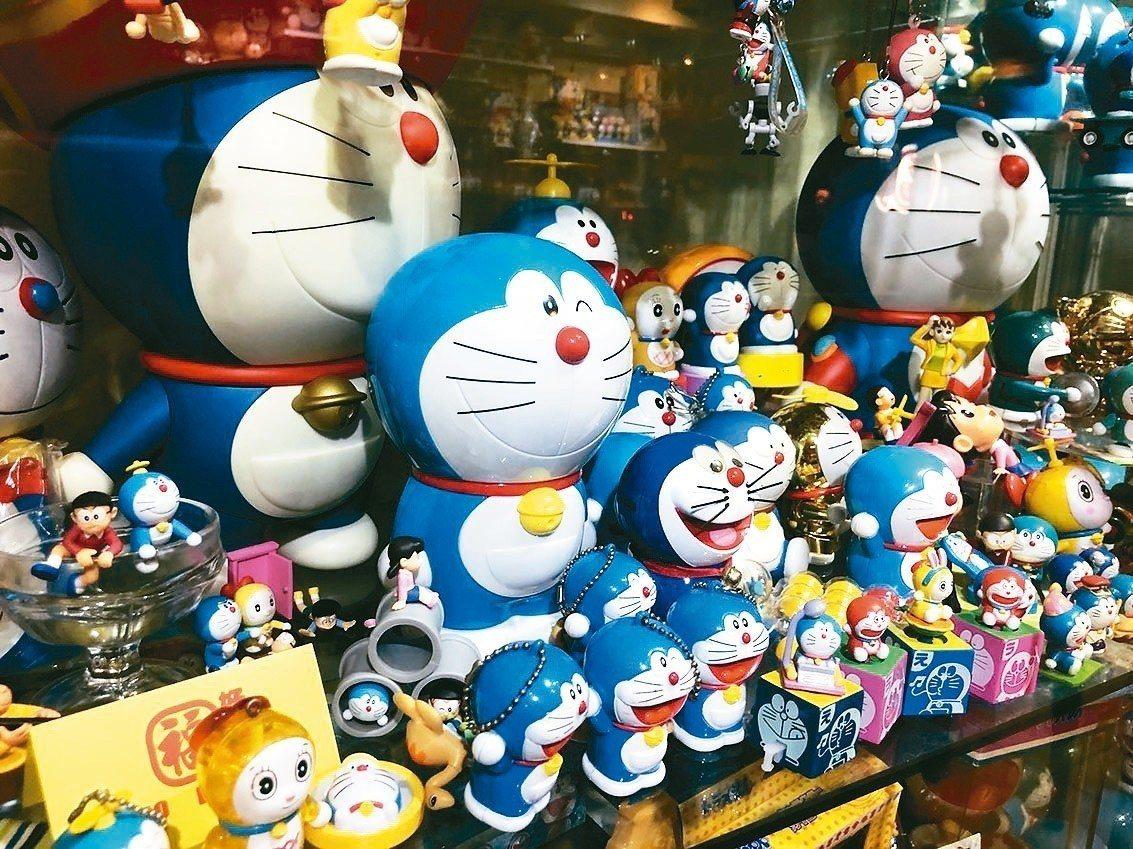 北市中正區好哆福餐廳裡,展示店老闆王麒傑的哆啦A夢收藏品,數千隻哆啦A夢成為許多...