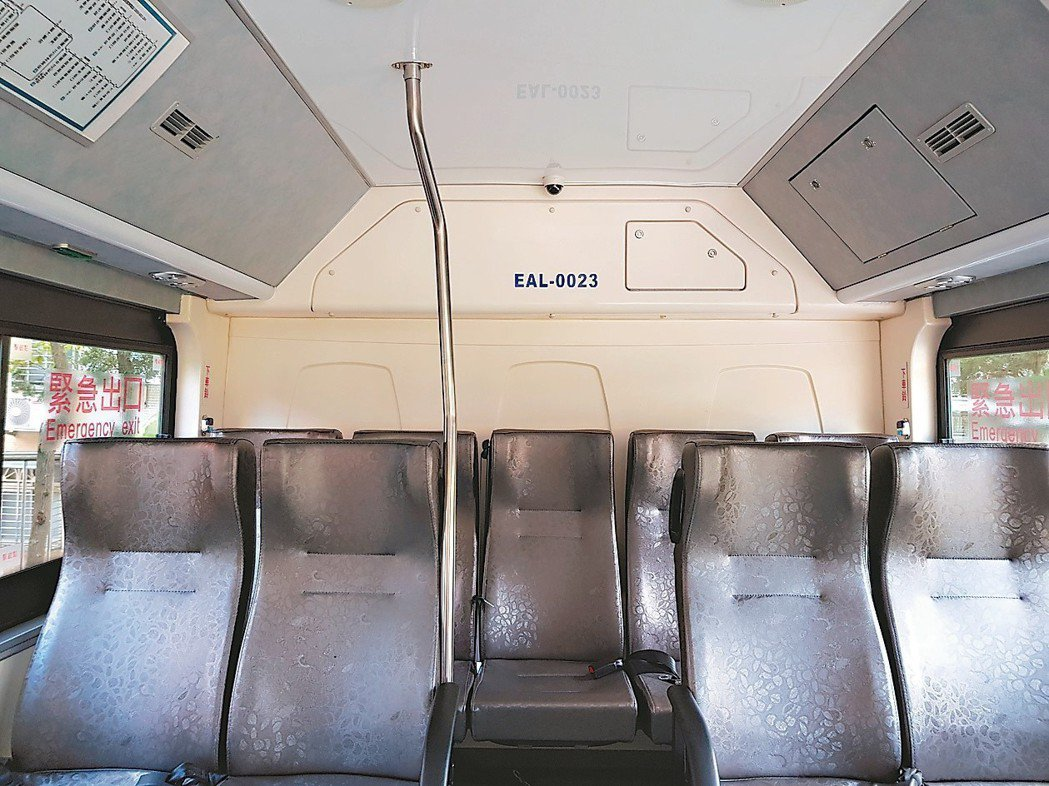 大都會客運與台北客運本月為電動公車增設後方立桿。 記者翁浩然/攝影