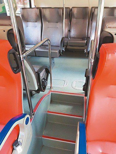 降低樓梯扶桿高度,方便乘客抓握。 記者翁浩然/攝影