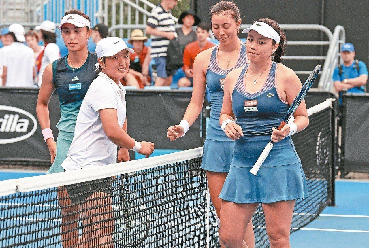 詹詠然(右一)、詹皓晴(右二)姊妹澳網連兩日出賽皆獲勝。 法新社