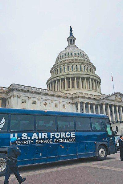 原定搭載眾院議長波洛西與國會議員前往機場的空軍大巴士,十七日停在國會大廈前。 (...
