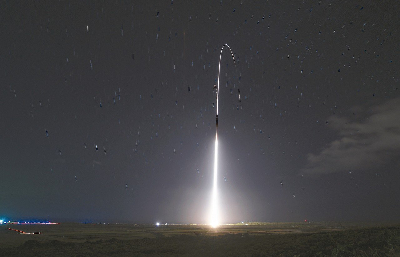 川普總統公布新的飛彈防禦計畫,聚焦中俄威脅。圖為夏威夷發射的陸基神盾飛彈,攔截一...