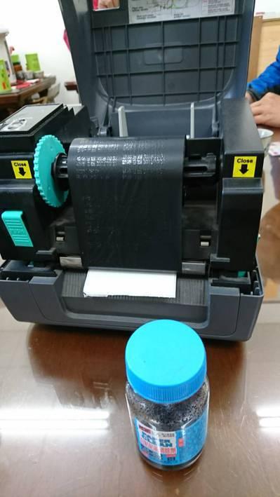 南投縣民檢舉有過期食品貼上偽造有效期限的貼紙,檢察官在食品行查扣松香水和印表機。...