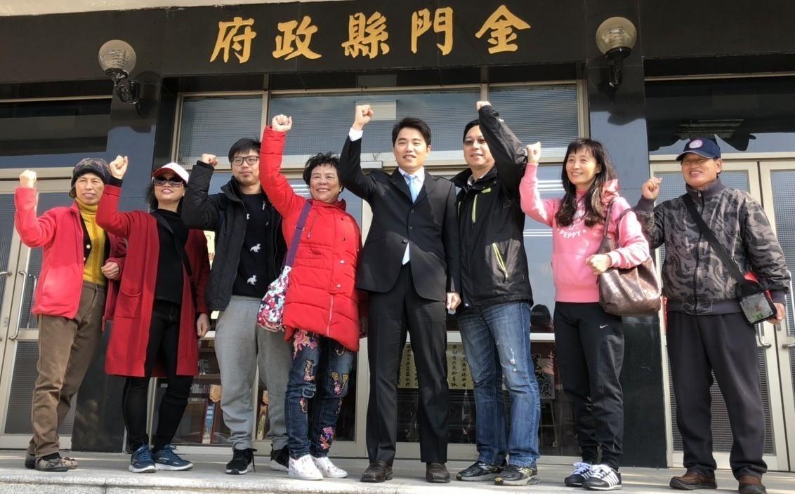 現年38歲的牙醫盧冠宇(右五)此次也登記參選,是所有參選人中最年輕的一位。記者蔡...