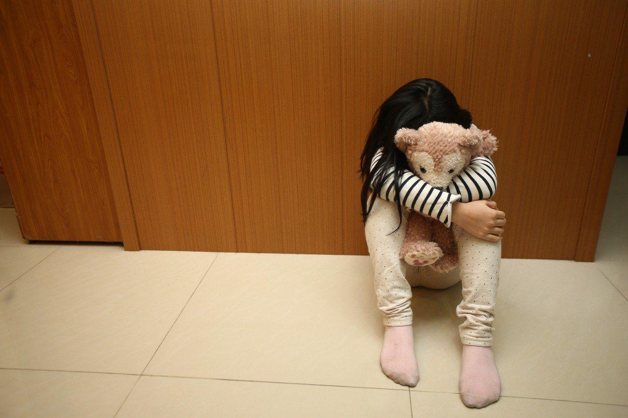 虐童事件頻傳,衛福部行文各縣市政府,盡速在網站設置專區,公告不適任托育人員及機構...