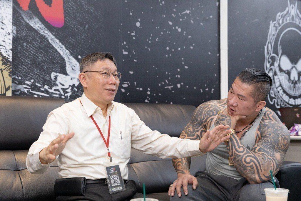 台北市長柯文哲(左)日前第二度和「館長」陳之漢共同開直播。 圖/柯文哲幕僚提供