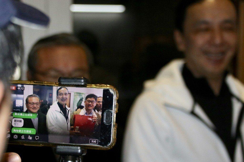 朱立倫透過民眾直播,向網友打招呼。 圖/聯合報系資料照片