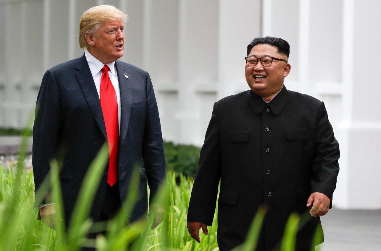 總統川普與北韓領導人金正恩預計2月底舉行第二次峰會。圖為兩人於去年6月於新加坡首...
