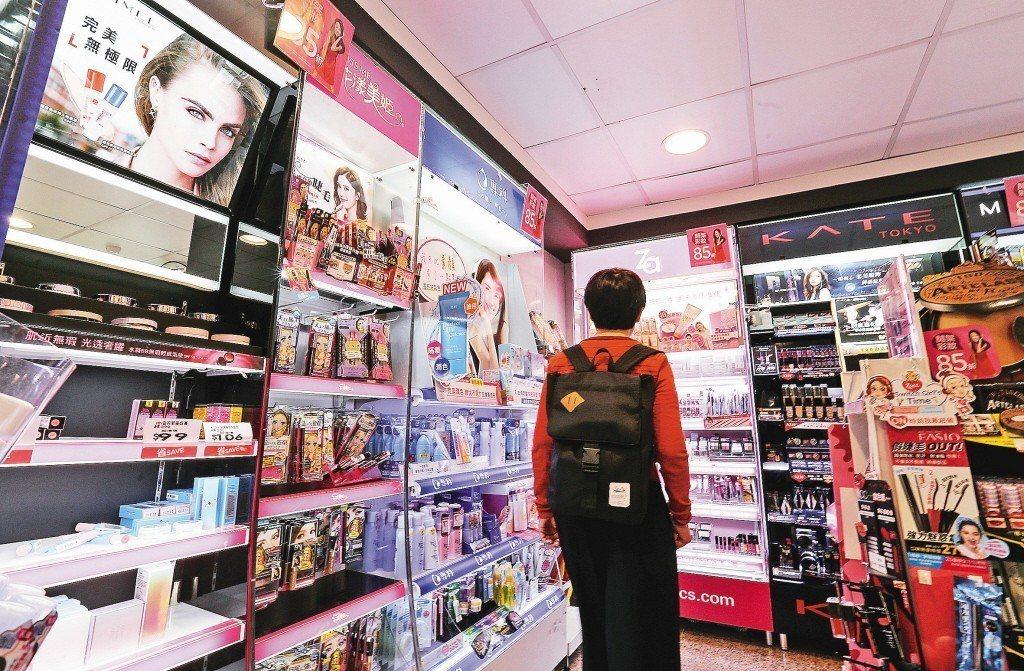 5月起化粧品廣告不實,最高罰500萬。圖為藥妝店的化妝品廣告。聯合報系資料照