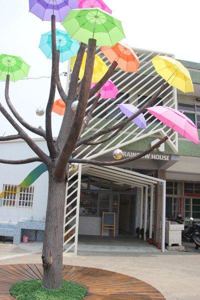 「卡里善」是和美早期的名字,一棵苦棟樹改裝成雨傘樹躲過被砍命運,命名「卡里善之樹...