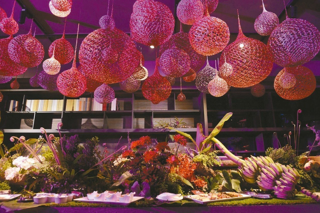 「中信FUN藝夜」活動現場自助美食檯是一大亮點,整體花卉設計發想,特別將台灣從北...