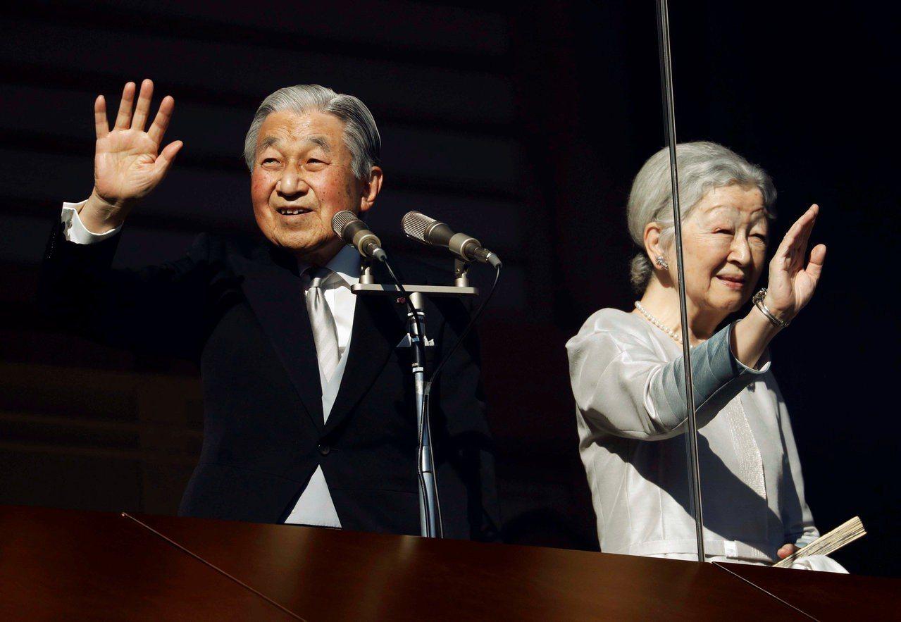 圖為日皇明仁(左)新年與皇后美智子與民眾致意情景。路透