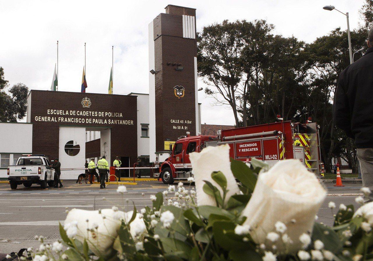 哥倫比亞警校汽車炸彈攻擊,共21人死亡。 法新社