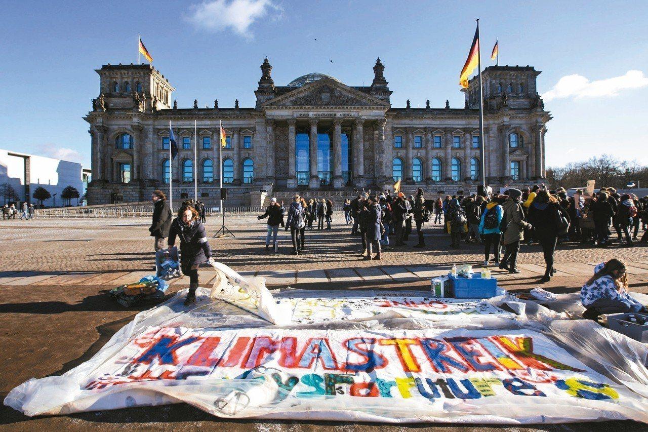 數千名德國和瑞士學生18日上街遊行,抗議政府未積極對抗氣候變遷。 美聯社