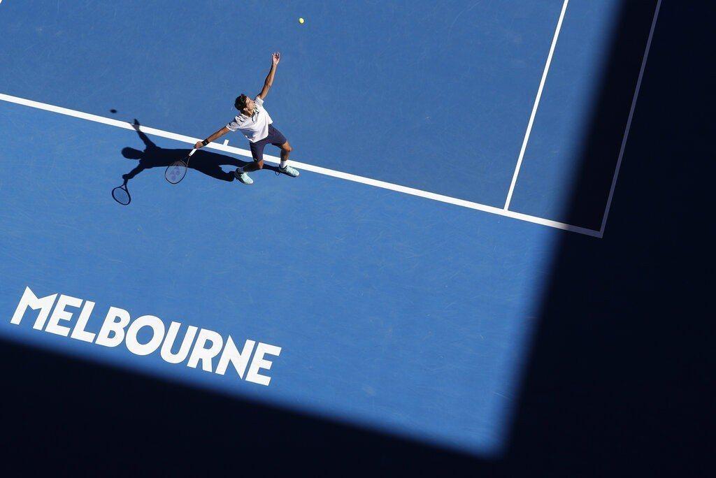 澳網選手盡情揮拍的背後,有來自世界各地26位穿線師,負責讓這些球拍重現最佳狀態,...